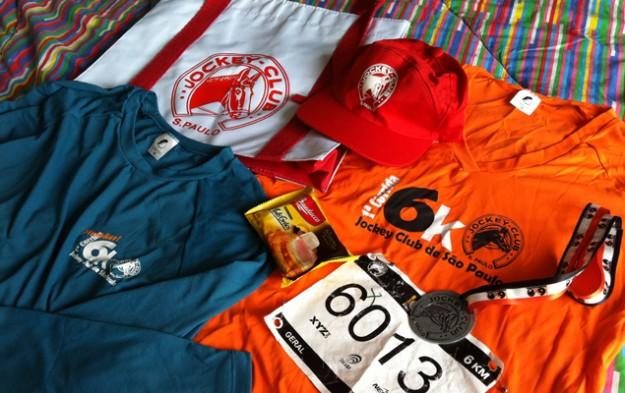 O kit: ecobag, boné, camiseta para a corrida, camiseta para quem terminou os 6k, medalha e torradas.