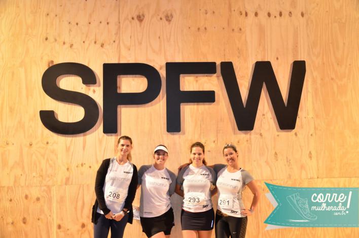 Ju Ferrer, eu, Ju Vargas e Erica na entrada do pavilhão SPFW.