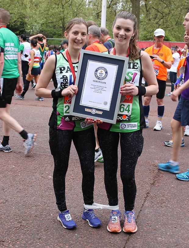 """Debbie Leeland e Paula Marshall, as mais rápidas maratonistas com """"três pernas"""" (4:45:21)"""