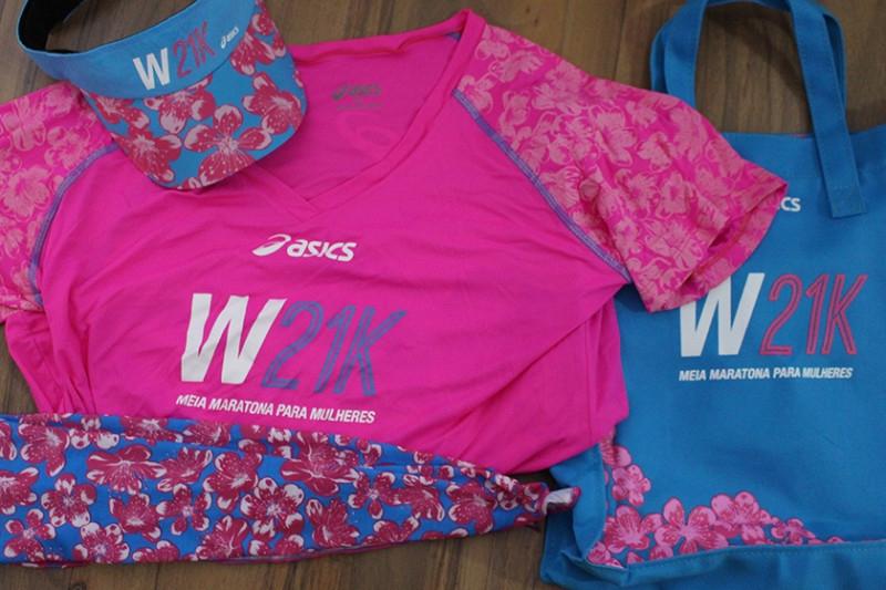 O kit: camiseta, viseira, lenço e ecogbag. Também ganhávamos desconto na loja e uma fitinha para lembrar a luta contra o câncer de mama.