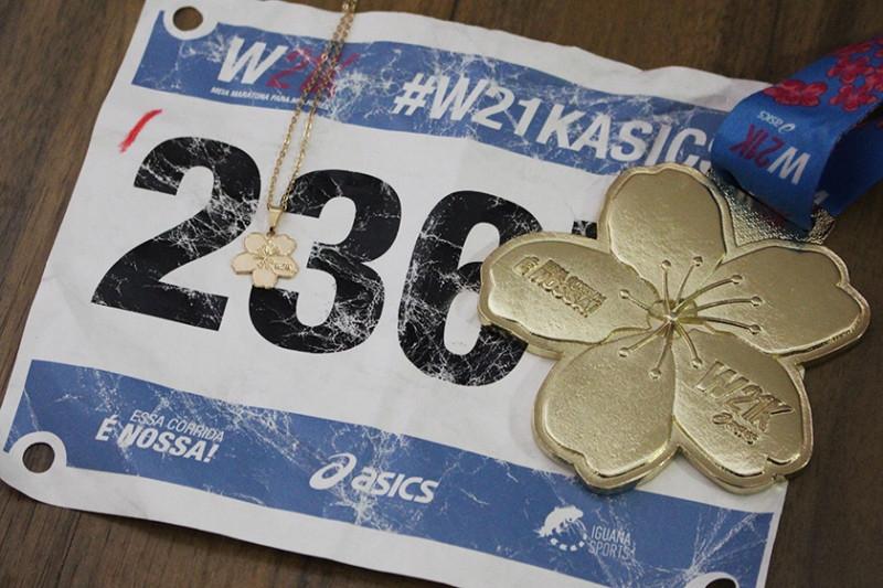 O que vai ficar bem guardadinho aqui: meu número de peito, a medalha e a corrente com o pingente. <3