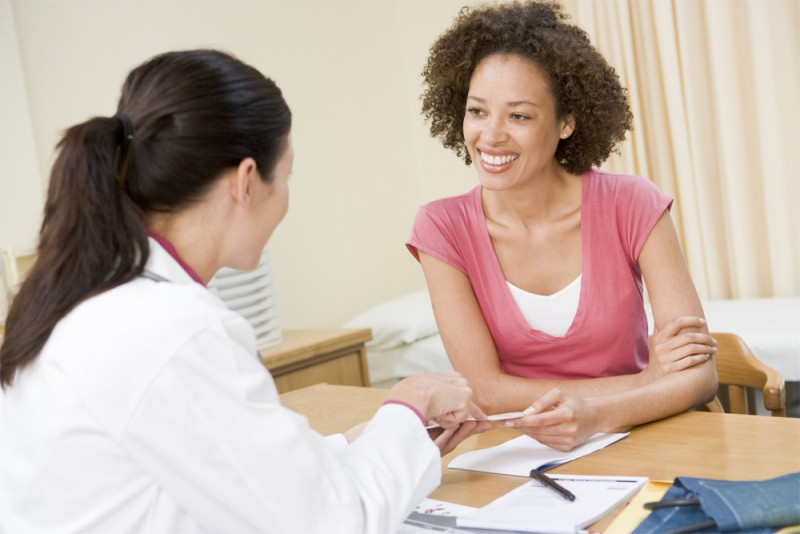 Mulher conversa com médica durante uma consulta
