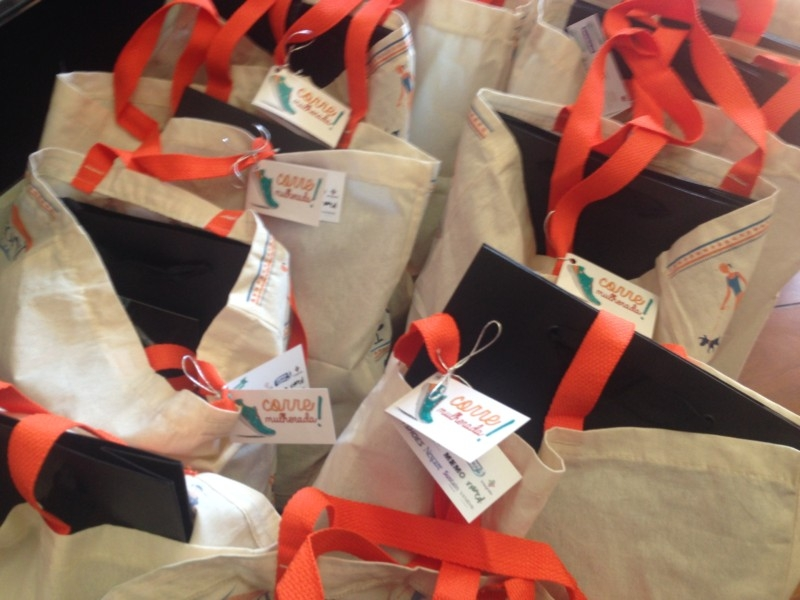 Sacolas com os presentes enviados pelos parceiros