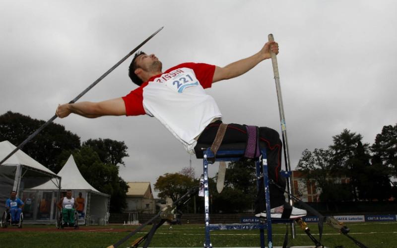 Atleta se prepara para arremessar o dardo (CPB/Divulgação)