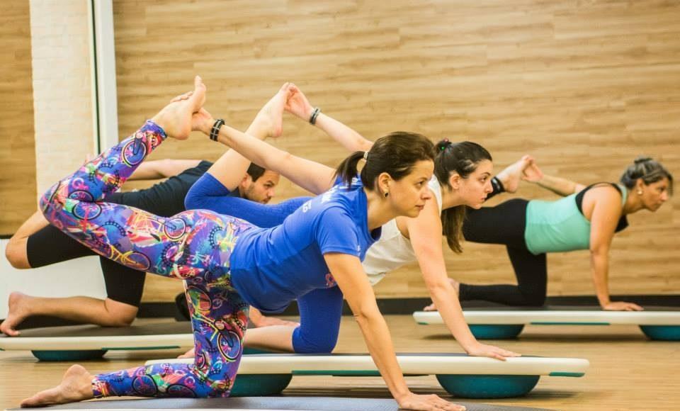 Posturas de Yoga sobre a prancha de Surf: desafio a mais para o equilíbrio (Divulgação Bio Ritmo São Bernardo do Campo)