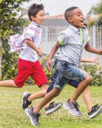 criancas-correndo-skechers