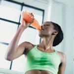 Água ou isotônico: saiba qual escolher ao se hidratar durante os treinos