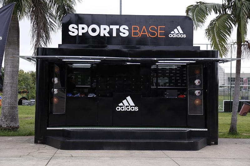 Na SPORTSTBASE, você pode pegar bolas de futebol e basquete emprestadas e experimentar tênis da marca (Divulgação)